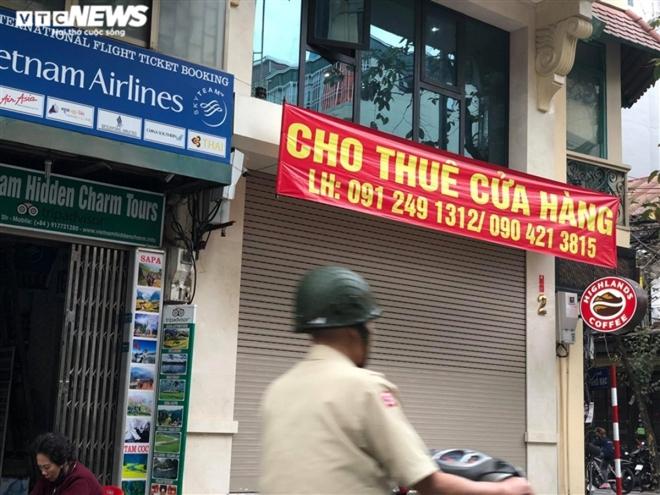Hàng quán phố cổ Hà Nội nghỉ Tết kéo dài, khách sạn rao bán la liệt bằng tờ rơi  - Ảnh 3.