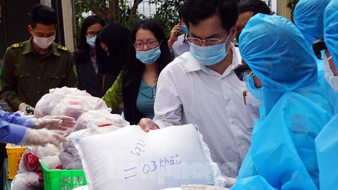 TP Hải Phòng tiếp tế gần 8 tấn gạo, thịt cho người dân khu phong tỏa - Ảnh 4.