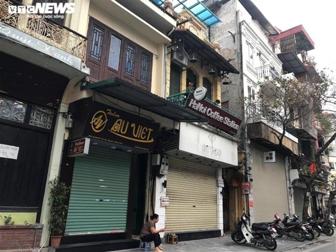 Hàng quán phố cổ Hà Nội nghỉ Tết kéo dài, khách sạn rao bán la liệt bằng tờ rơi  - Ảnh 4.