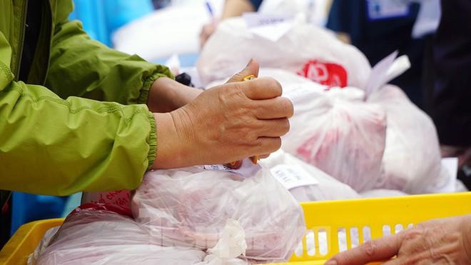 TP Hải Phòng tiếp tế gần 8 tấn gạo, thịt cho người dân khu phong tỏa - Ảnh 6.