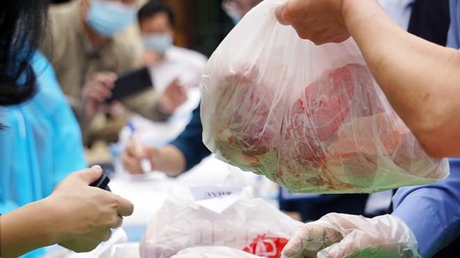 TP Hải Phòng tiếp tế gần 8 tấn gạo, thịt cho người dân khu phong tỏa - Ảnh 7.