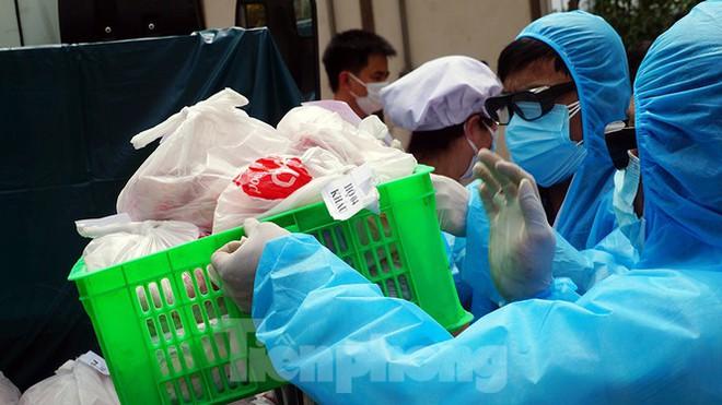 TP Hải Phòng tiếp tế gần 8 tấn gạo, thịt cho người dân khu phong tỏa - Ảnh 8.