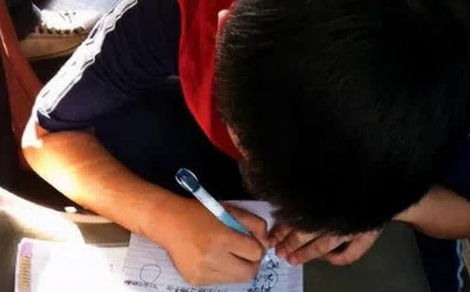 Cậu bé được cô giáo cho 10 điểm Văn nhưng không dám khoe ai, mẹ mà đọc được nội dung không khéo lại ly dị bố