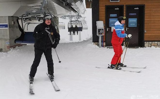 Cận cảnh ông Putin và ông Lukashenko trượt tuyết ở Sochi