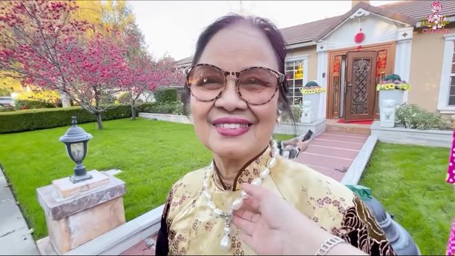 Hé lộ nhà Bằng Kiều ở Mỹ, mẹ ruột đeo chuỗi ngọc 1 tỷ, nói về tình trạng con trai bị hủy show - Ảnh 4.