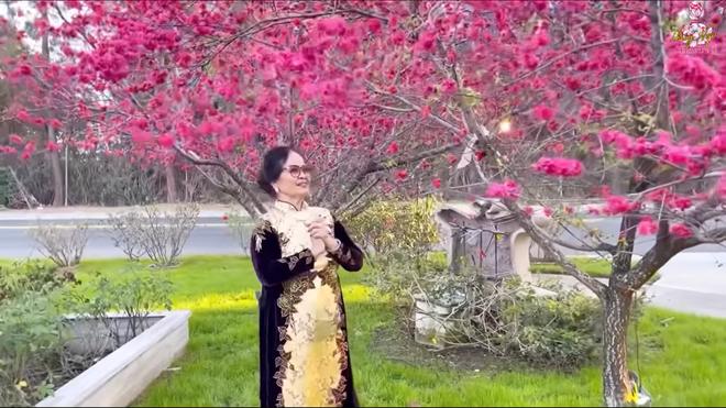 Hé lộ nhà Bằng Kiều ở Mỹ, mẹ ruột đeo chuỗi ngọc 1 tỷ, nói về tình trạng con trai bị hủy show - Ảnh 3.