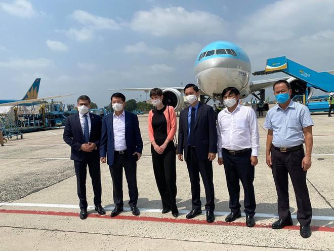 Máy bay chở lô vắc xin COVID-19 đầu tiên về tới Việt Nam, Thứ trưởng Bộ Y tế Trương Quốc Cường ở sân bay tiếp nhận - Ảnh 3.