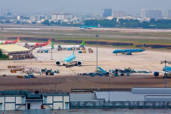 Máy bay chở lô vắc xin COVID-19 đầu tiên về tới Việt Nam, Thứ trưởng Bộ Y tế Trương Quốc Cường ở sân bay tiếp nhận - Ảnh 7.