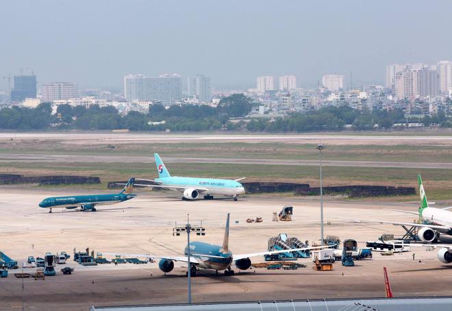 Máy bay chở lô vắc xin COVID-19 đầu tiên về tới Việt Nam, Thứ trưởng Bộ Y tế Trương Quốc Cường ở sân bay tiếp nhận - Ảnh 8.