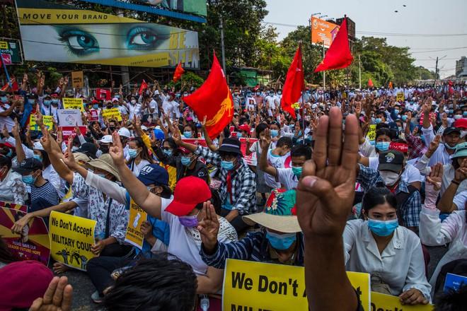 Biểu tình ở Myanmar: Lính bắn tỉa mang súng vào vị trí, người dân cầm bùa chú hộ thân xuống đường - Ảnh 1.