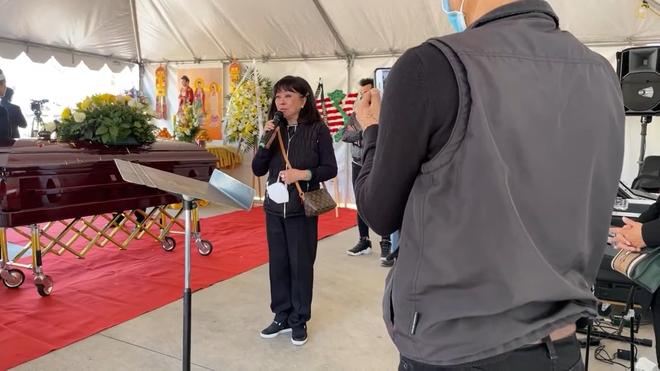 Đám tang ca sĩ Quốc Anh qua đời vì Covid: Hương Lan, Phương Loan, vợ cũ Bằng Kiều đau đớn bật khóc - Ảnh 3.