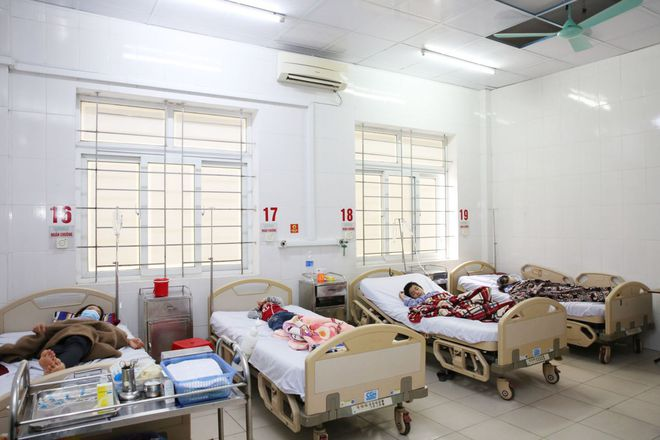2 gia đình 8 người bị ngộ độc kèm theo sốt phải nhập viện sau khi ăn thịt bê thui - Ảnh 1.