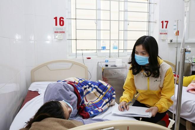 2 gia đình 8 người bị ngộ độc kèm theo sốt phải nhập viện sau khi ăn thịt bê thui - Ảnh 2.
