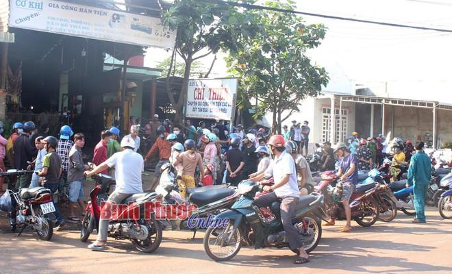 Vụ chủ gara tử vong ở Bình Phước: Chiếc lốp văng thẳng lên mái nhà, 2 người cùng làm đứng cách đó 5m - Ảnh 2.