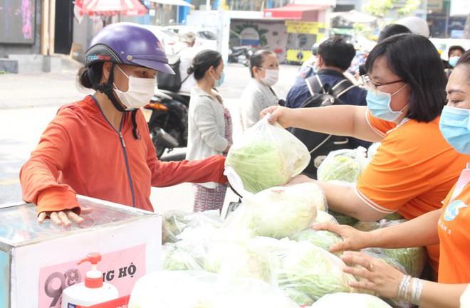 Người dân TPHCM hào hứng giải cứu nông sản Hải Dương - Ảnh 1.