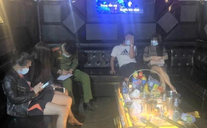 Quán karaoke mở cửa cho 27 người vào hát, bất chấp quy định trong phòng chống dịch Covid-19