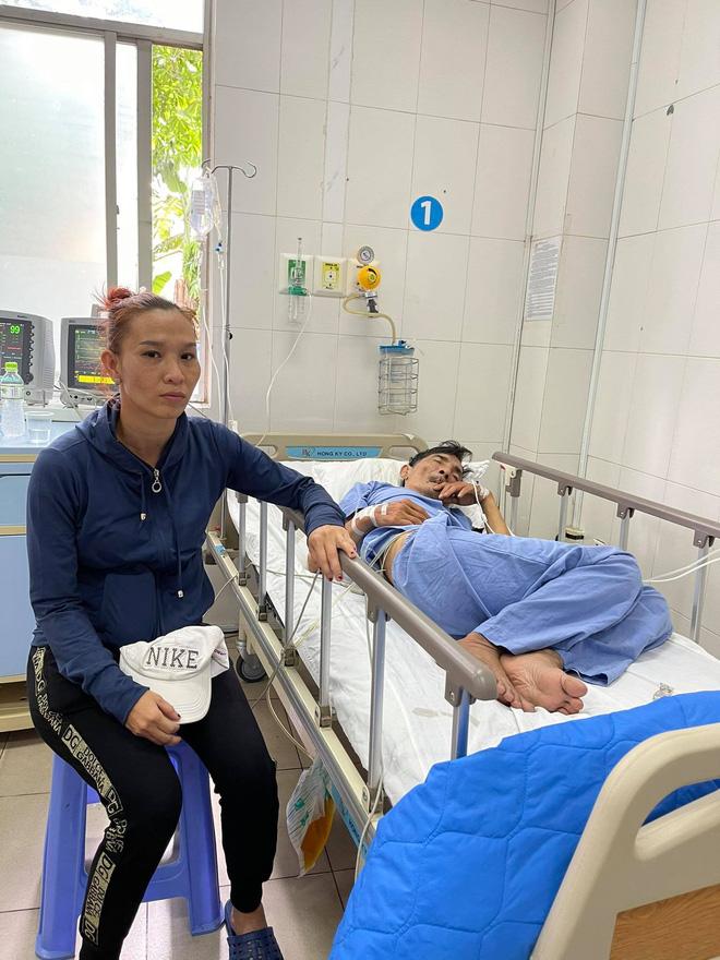 Vợ diễn viên Thương Tín đã có mặt tại bệnh viện, gương mặt lo lắng, căng thẳng - Ảnh 2.