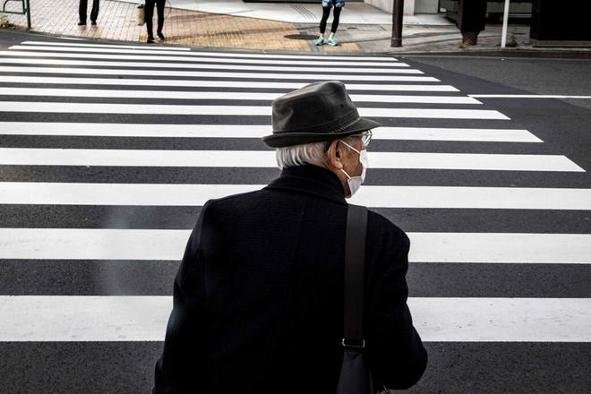 Trong khi thế giới vật lộn với COVID-19, Nhật Bản có số người tử vong giảm bất ngờ: New York Times phân tích 2 lý do - Ảnh 1.
