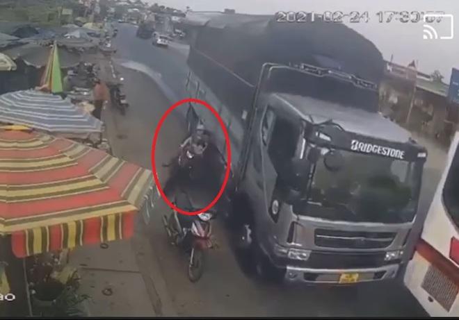 Phẫn nộ xe tải vượt ẩu suýt lấy mạng người phụ nữ và 2 đứa trẻ ở Lâm Đồng: Danh tính tài xế - Ảnh 3.