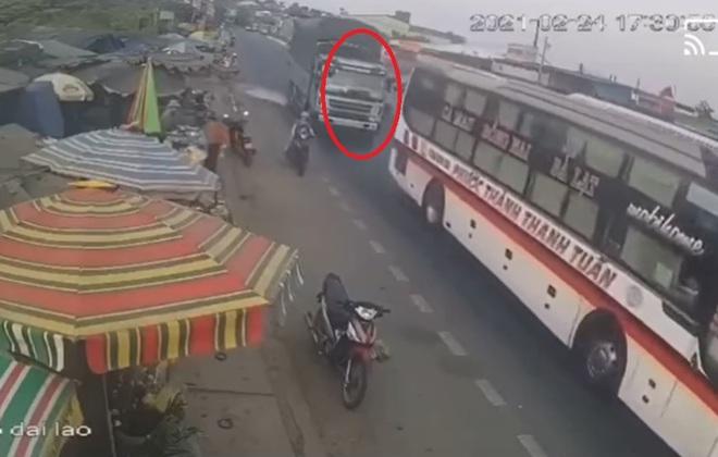 Phẫn nộ xe tải vượt ẩu suýt lấy mạng người phụ nữ và 2 đứa trẻ ở Lâm Đồng: Danh tính tài xế - Ảnh 2.