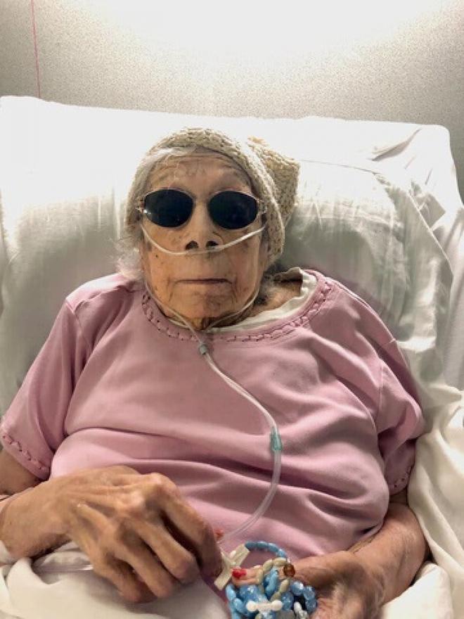 """Cụ bà 105 tuổi ở Mỹ chiến thắng Covid-19 nhờ """"cầu nguyện"""" và...nho khô - Ảnh 1."""