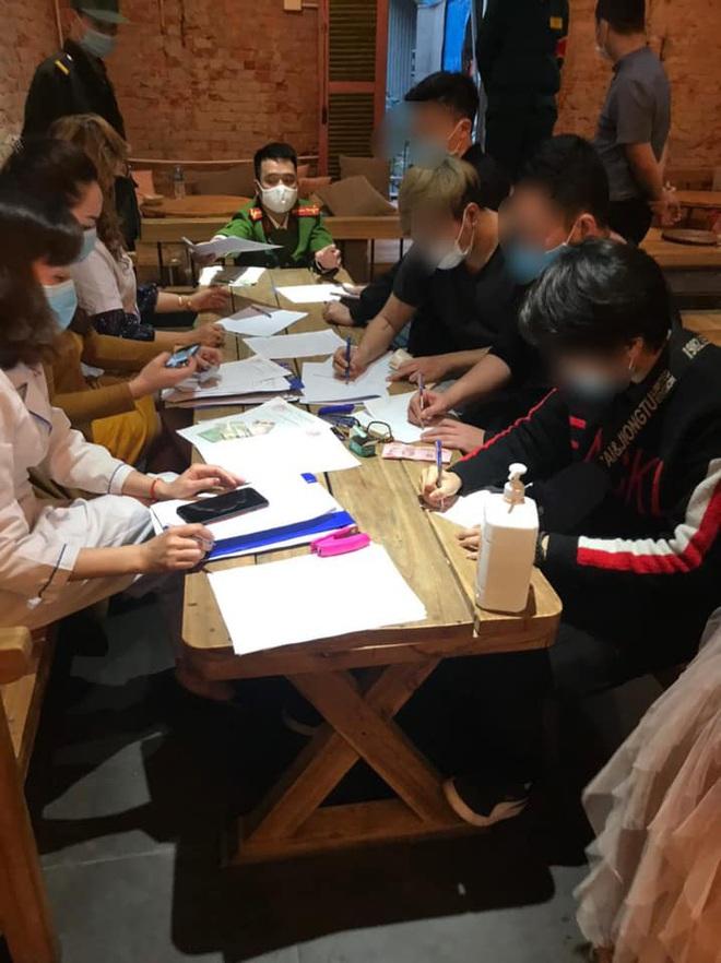 Phạt 60 triệu đồng với 30 khách ngồi quán cà phê giữa dịch Covid-19 ở Hà Nội - Ảnh 1.