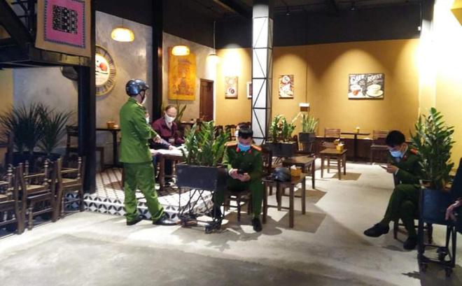 """Hà Nội: Chủ quán cà phê bán """"chui"""" mùa dịch Covid-19 bị xử phạt 30 triệu đồng"""