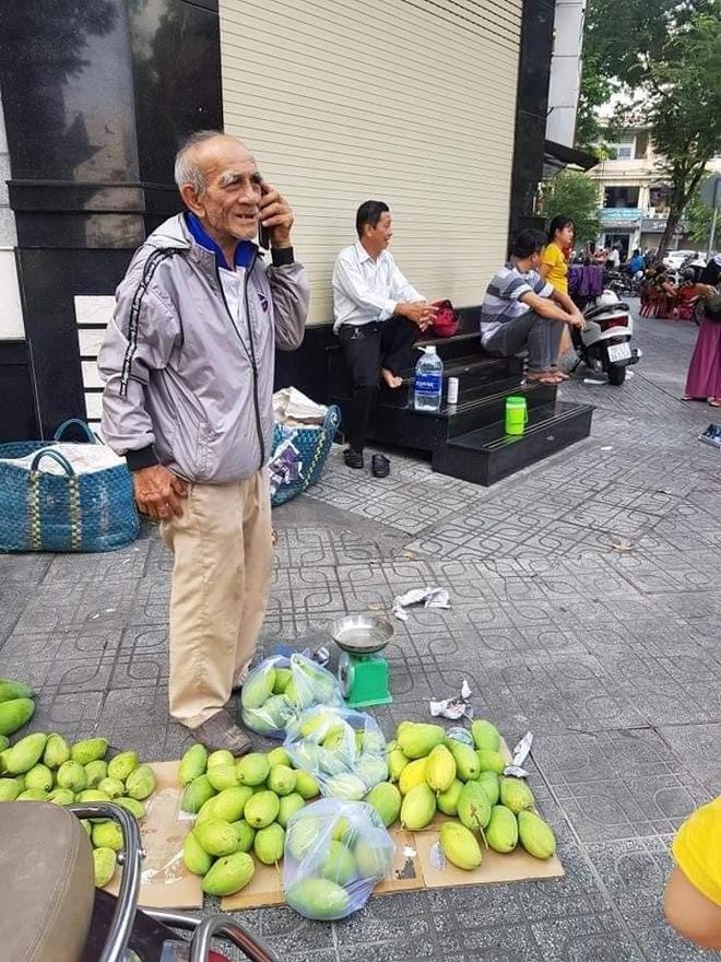 Ông lão miền Tây ngủ lề đường, gắng bán 200 ký xoài kiếm tiền chữa bệnh cho vợ: Còn sức, tôi còn lên Sài Gòn - Ảnh 3.