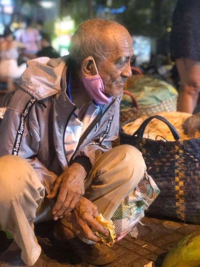 Ông lão miền Tây ngủ lề đường, gắng bán 200 ký xoài kiếm tiền chữa bệnh cho vợ: Còn sức, tôi còn lên Sài Gòn - Ảnh 2.