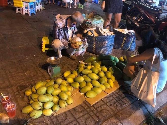 Ông lão miền Tây ngủ lề đường, gắng bán 200 ký xoài kiếm tiền chữa bệnh cho vợ: Còn sức, tôi còn lên Sài Gòn - Ảnh 1.