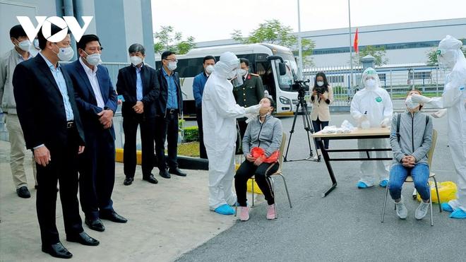 Công nhân trên địa bàn huyện Cẩm Giàng (Hải Dương) đi làm trở lại từ 27/2 - Ảnh 1.