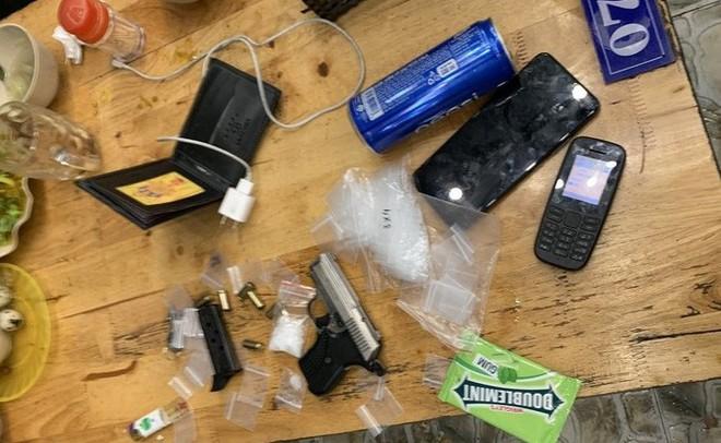 Bắt khẩn cấp đối tượng bị truy nã có súng trong quán nhậu - Ảnh 3.