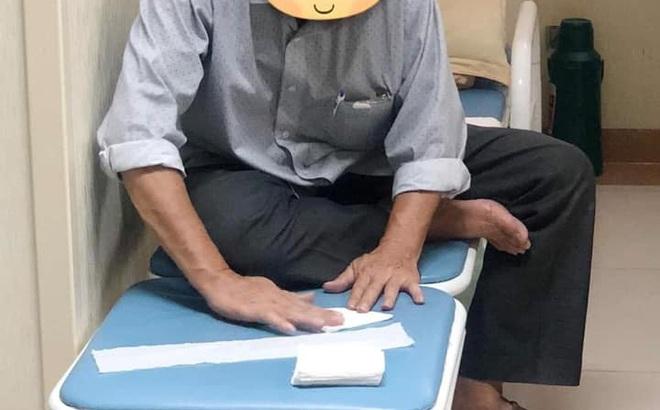 Người đàn ông có tuổi ngồi xếp giấy trong viện, lí do đằng sau khiến ai nấy đều rưng rưng cảm động