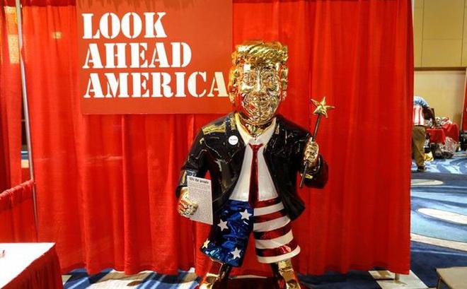 Ẩn ý sau bức tượng mạ vàng cựu Tổng thống Trump tại hội nghị bảo thủ