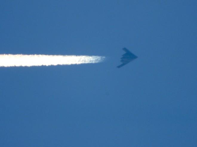 Video 3 oanh tạc cơ tàng hình B-2 bất ngờ xuất hiện trên bầu trời Mỹ - ảnh 1
