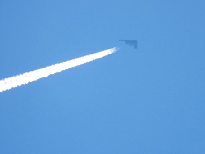 Video 3 oanh tạc cơ tàng hình B-2 bất ngờ xuất hiện trên bầu trời Mỹ - ảnh 3
