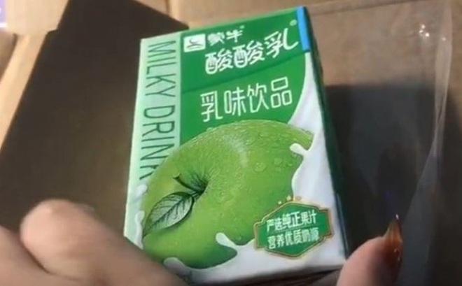Cô gái giận tím mặt vì mua IPhone 12 nhưng nhận được hộp sữa hương táo
