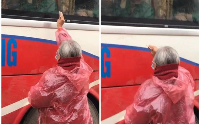Xúc động hình ảnh người bà mặc áo mưa, cầm tiền cố cho cháu trong ngày đi nghĩa vụ quân sự