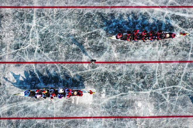 24h qua ảnh: Cụ bà 79 tuổi chơi trượt băng trên hồ lớn nhất thế giới - Ảnh 5.
