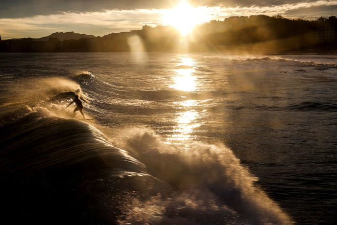 24h qua ảnh: Cụ bà 79 tuổi chơi trượt băng trên hồ lớn nhất thế giới - Ảnh 11.