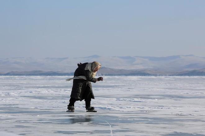 24h qua ảnh: Cụ bà 79 tuổi chơi trượt băng trên hồ lớn nhất thế giới - Ảnh 2.