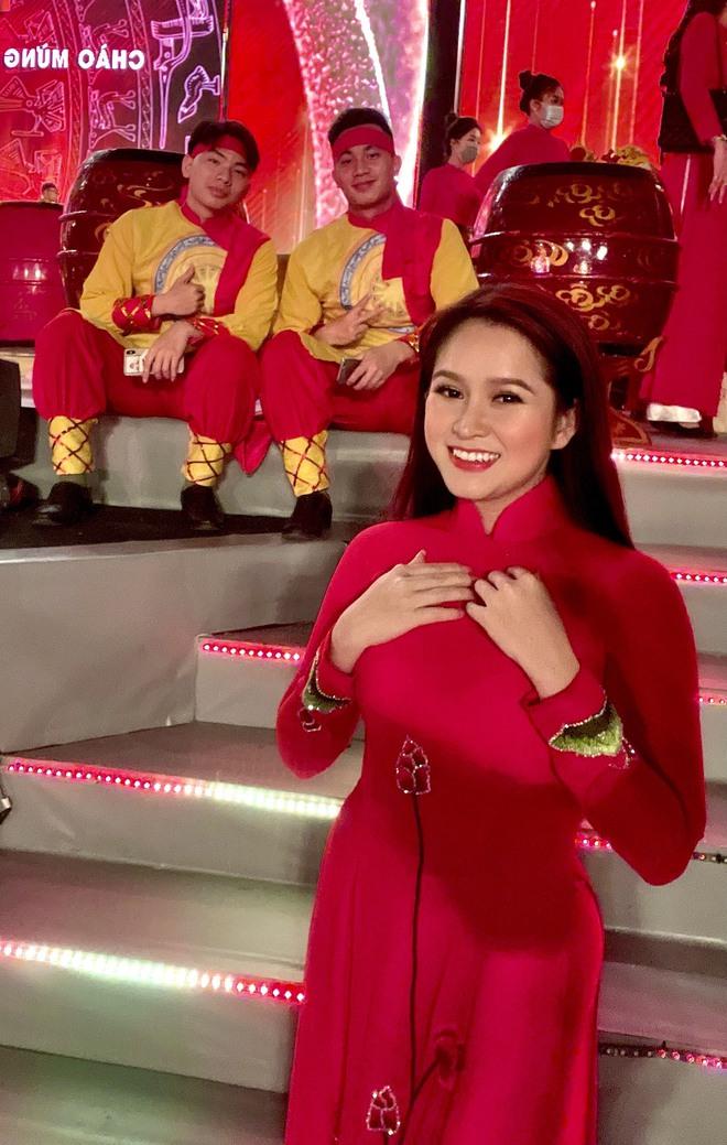 Ca sĩ Cẩm Loan tự hào khi được hát trong chương trình Khát vọng - Tỏa sáng - Ảnh 2.