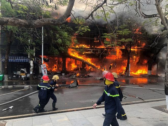 Bà hỏa thiêu  rụi nhà hàng lớn giữa trung tâm TP Hải Phòng - Ảnh 1.