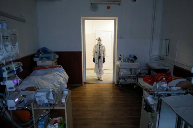 24h qua ảnh: Công nhân bảo dưỡng bánh tàu hỏa ở Trung Quốc - Ảnh 8.