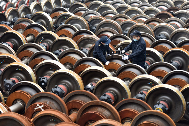 24h qua ảnh: Công nhân bảo dưỡng bánh tàu hỏa ở Trung Quốc - Ảnh 2.