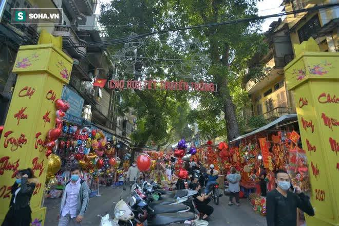 Cảnh xưa nay hiếm tại khu chợ chỉ họp duy nhất 1 lần trong năm, ai cũng giống ai ở 1 điểm - Ảnh 1.