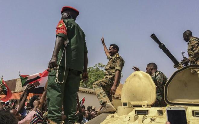 Các cuộc đảo chính quân sự làm chấn động thế giới 10 năm qua - Ảnh 2.