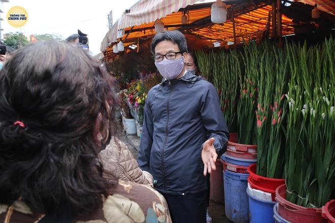 Phó Thủ tướng Vũ Đức Đam thị sát chợ hoa Tết Quảng Bá: Quyết tâm không để dịch bùng phát ở HN hay TP HCM - Ảnh 1.