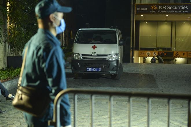Người dân tự nguyện đến chung cư 88 Láng Hạ lấy mẫu xét nghiệm COVID-19 lúc 1h sáng - Ảnh 3.