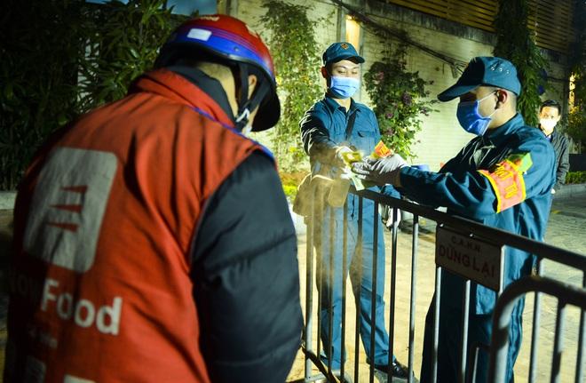 Người dân tự nguyện đến chung cư 88 Láng Hạ lấy mẫu xét nghiệm COVID-19 lúc 1h sáng - Ảnh 9.